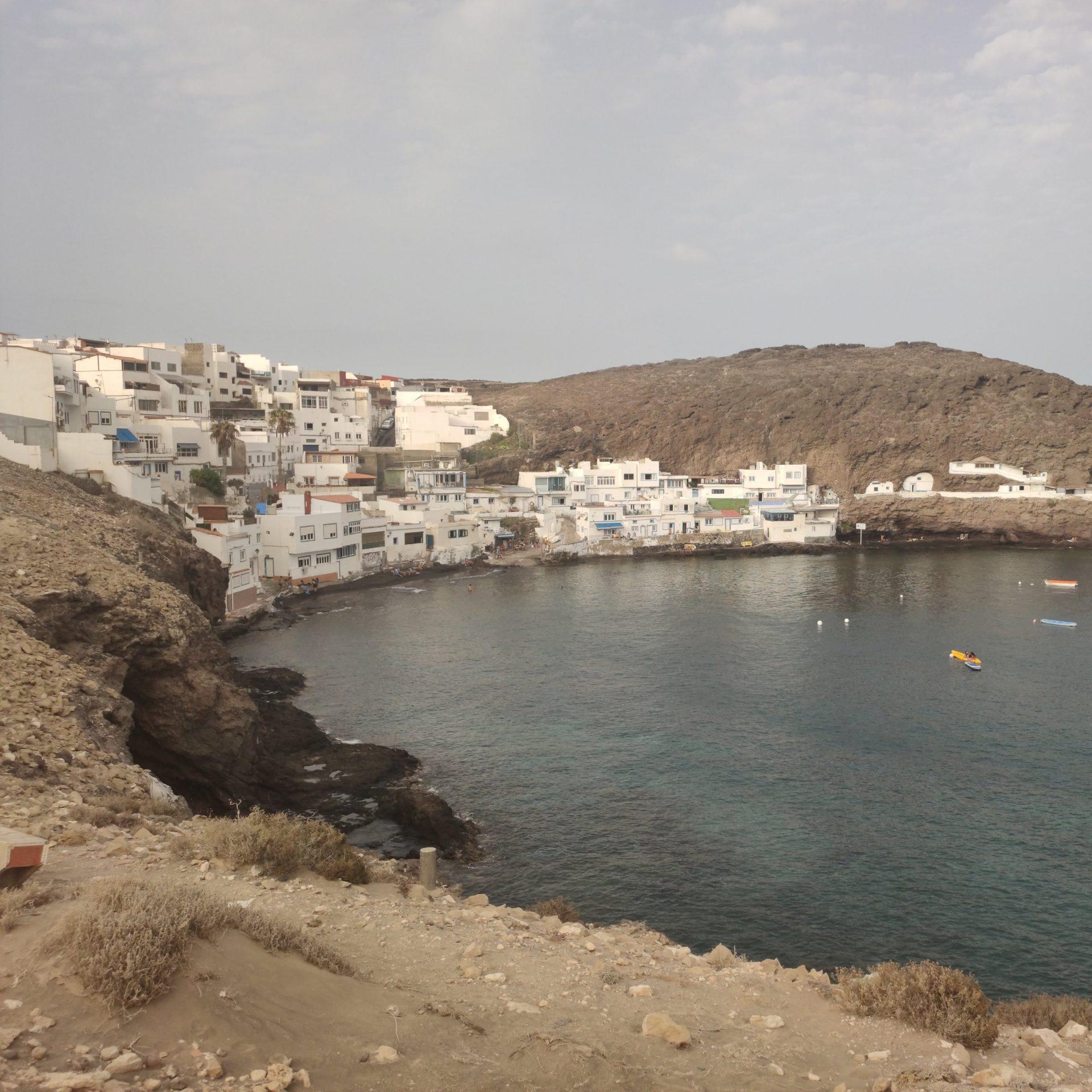 Playa de Tufia con vistas del pueblo de Tufia, Gran Canaria