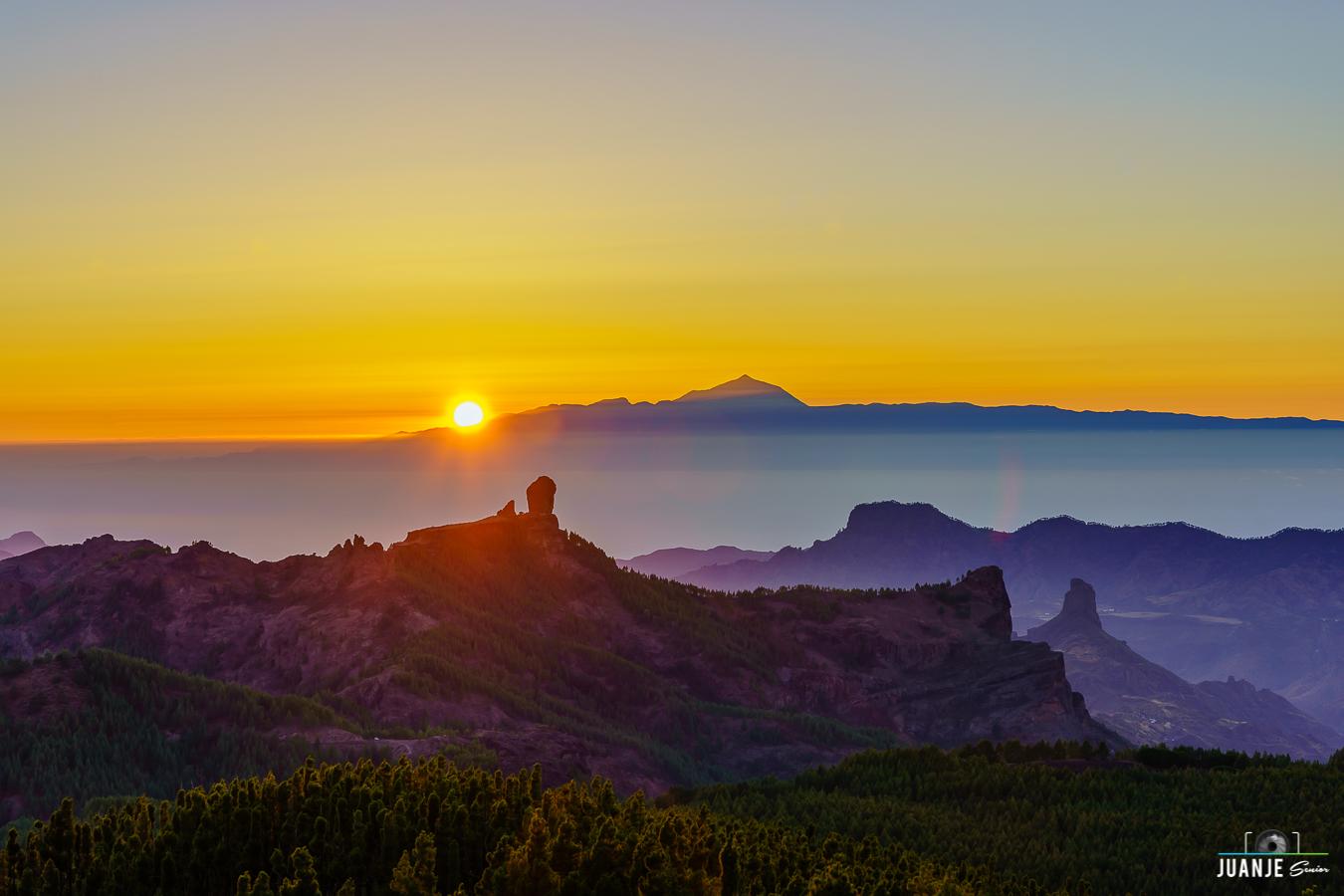 Foto de Juanje Senior con el Roque Nublo, el Roque Bentayga y el Teide desde Tejeda
